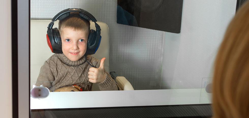 Проверка слуха у детей в звукоизолированной кабине